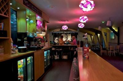 Vue intérieure du bar l'Airial au sein du camping La Réserve - Pour vos vacances louez avec Babou'loc