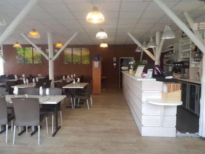 Vue intérieure de la salle et du bar du restaurant Aux saveurs de la Réserve à Gastes